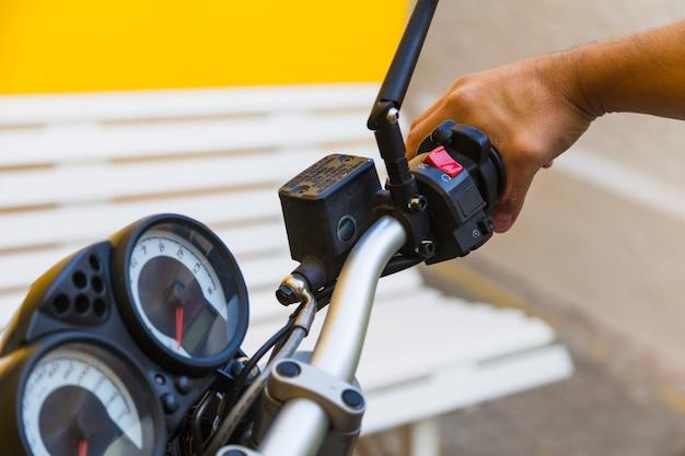 Erntefahrer, der griff auf motorrad drückt