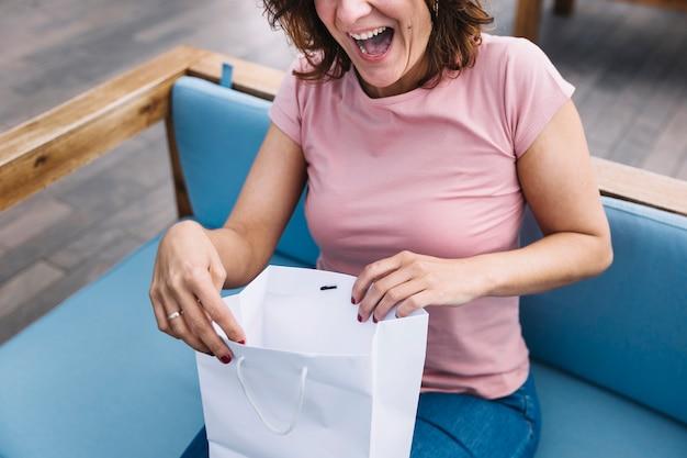 Erntefrau, die papiertüte öffnet