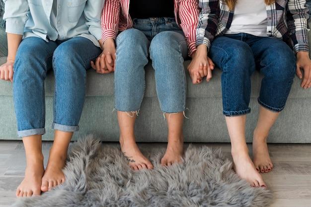 Erntefrauen, die auf sofa sich entspannen