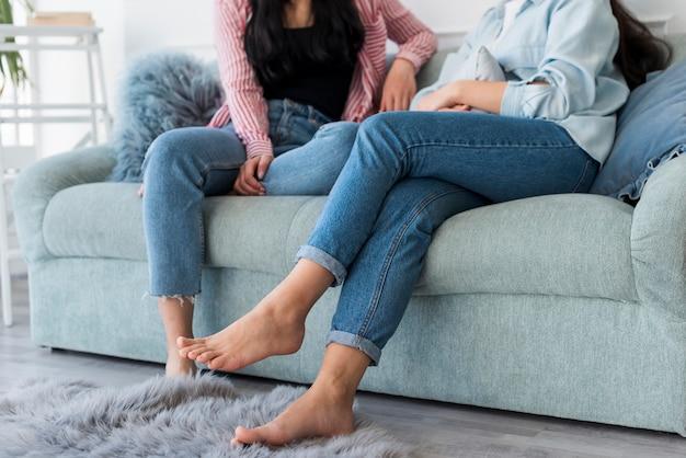 Erntefrauen, die auf sofa sitzen