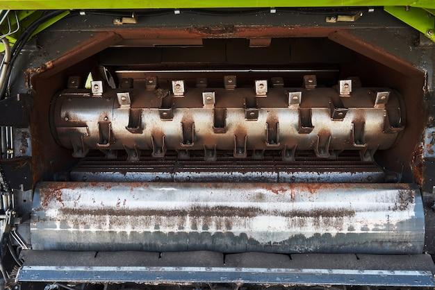 Erntemaschinen und mähdrescherteile im werk warten auf den verkauf