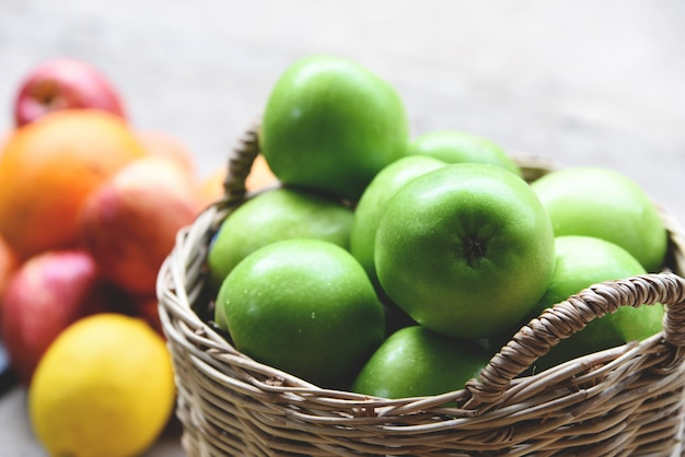 Ernten sie apfel im korb, sammeln sie frucht im garten