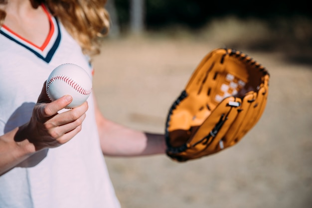 Ernten sie die frau, die baseball und handschuh hält