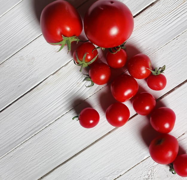 Ernten sie frische tomatenoberseite auf hölzernem hintergrund