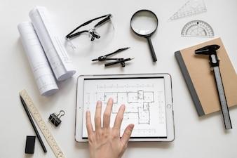Ernten Sie Hand unter Verwendung der Tablette mit Plan
