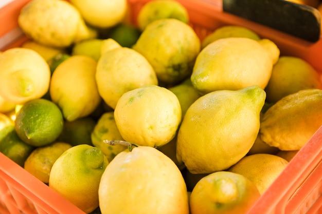 Ernten sie haufen der frischen reifen organischen gelben zitrone am lokalen landwirtmarkt