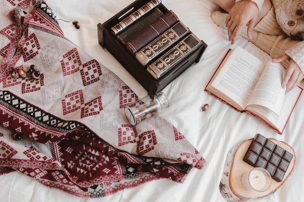 Erntet weibliche lesung auf dem bett
