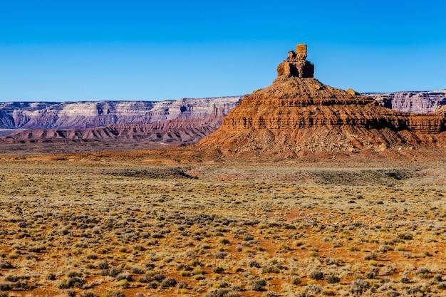 Erodierte butte im valley of the gods unter sonnenlicht und blauem himmel in utah, usa