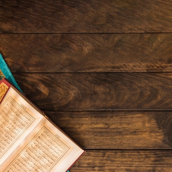 Eröffnete koran auf holztischplatte