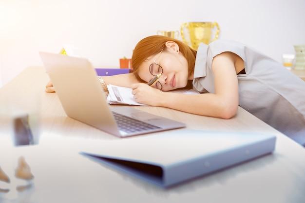 Erprobt und erschöpft für die arbeit im geschäft. brauchen sie entspannung und erholung.