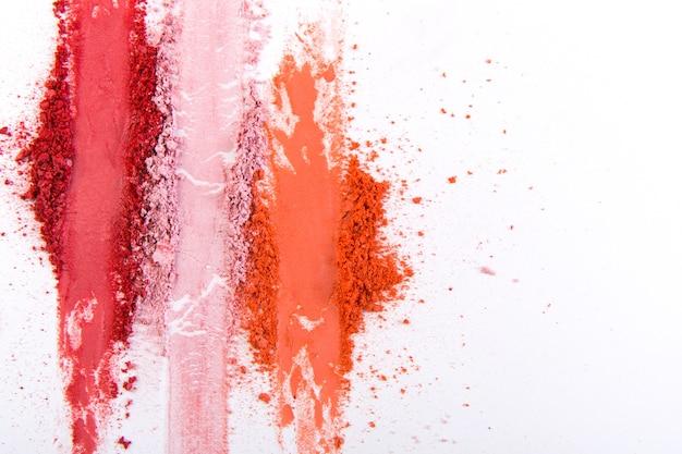 Erröten sie zerquetschte palettenstriche, buntes puder auf weiß, kunst des schminkens