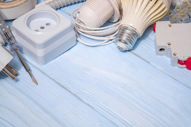 Ersatzteile und kabel für die elektrische reparatur. elektriker-zubehörset und werkzeuge