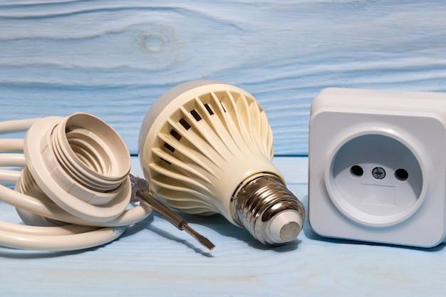 Ersatzteile und kabel für die elektrische reparatur. zubehörset für elektriker.
