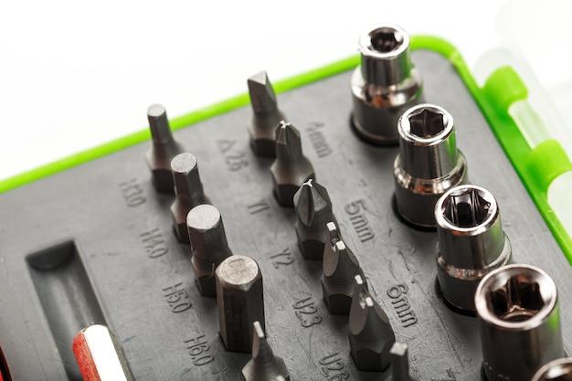 Ersatzzubehör und bits zur reparatur. werkzeugkasten mit verschiedenen köpfen für schrauben und muttern