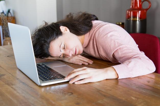 Erschöpfter freiberuflicher schlafender