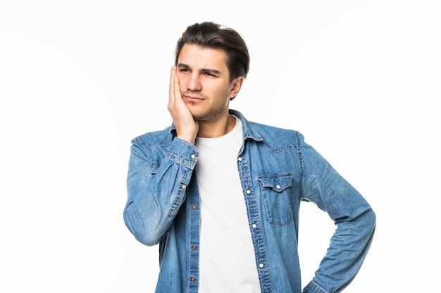 Erschöpfter hübscher junger geschäftsmann traurig auf dem weiß