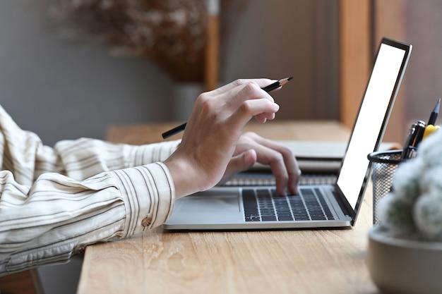 Erschossener mann, der mit computer-laptop im café arbeitet.