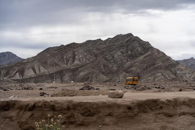 Erschreckend trostlose mondlandlandschaft bei lamayuru, in ladakh, indien
