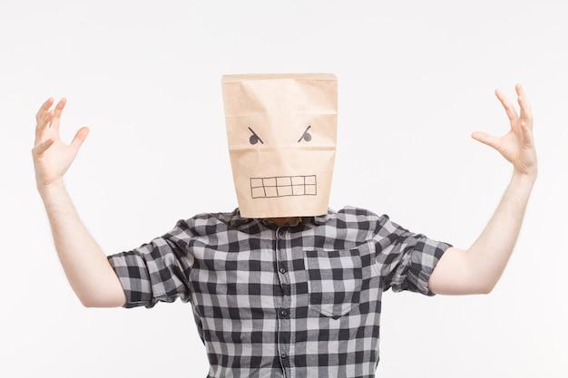 Erschreckender mann in wütender papiertüte auf seinem kopf