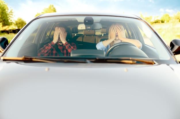 Erschrockene frau und ausbilder im auto, vorderansicht, fahrschule. mann, der dame beibringt, fahrzeug zu fahren. führerscheinausbildung, unfallsituation