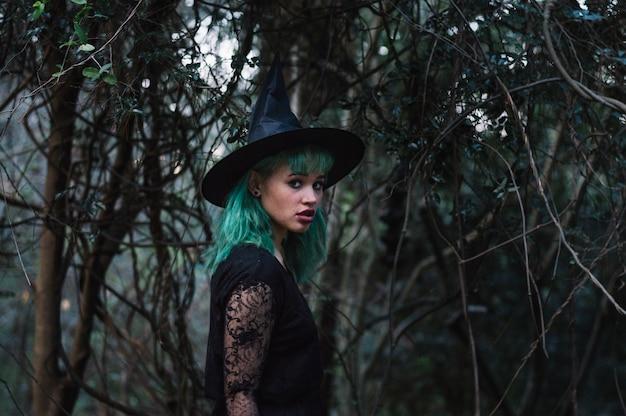 Erschrockene hexe im nebelwald