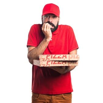 Erschrockene pizza anlieferung mann
