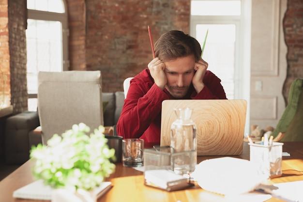 Erschrockener krieger. kaukasischer unternehmer, geschäftsmann, manager, der versucht, im büro zu arbeiten. sieht lustig aus, faul, verbringt zeit. konzept von arbeit, finanzen, geschäft, erfolg und führung. frist, beeil dich
