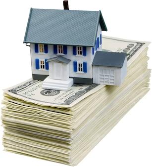 Ersparnis beim hauskauf. dollarscheine und hausmodell