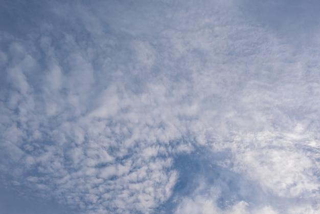 Erstaunlich schöner himmel mit wolken