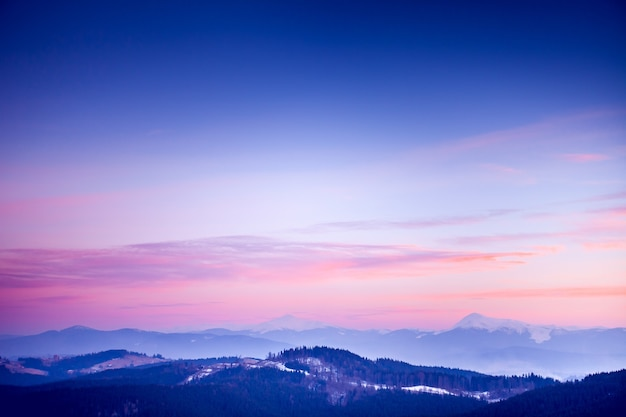 Erstaunliche abendliche winterlandschaft. karpaten, ukraine, europa. schöner naturhintergrund