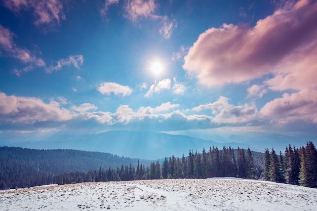 Erstaunliche abendliche winterlandschaft.