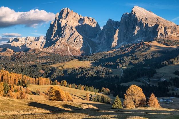 Erstaunliche ansicht der alpinen berge in alpe di siusi, dolomit. italien