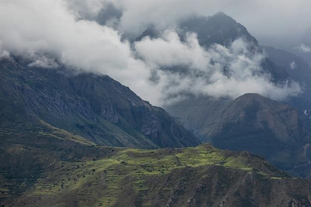 Erstaunliche ansicht der anden-berge in peru