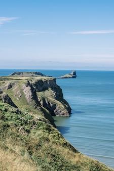 Erstaunliche ansicht der klippe und der grünen vegetation am rhossili strand