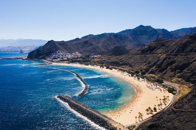 Erstaunliche ansicht des strandes las teresitas mit gelbem sand
