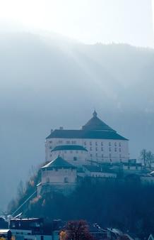 Erstaunliche ansicht kufstein festung auf einem hügel auf einem hintergrund des verschwommenen berges beleuchtete weichen herbst sonnig, kufstein österreich.