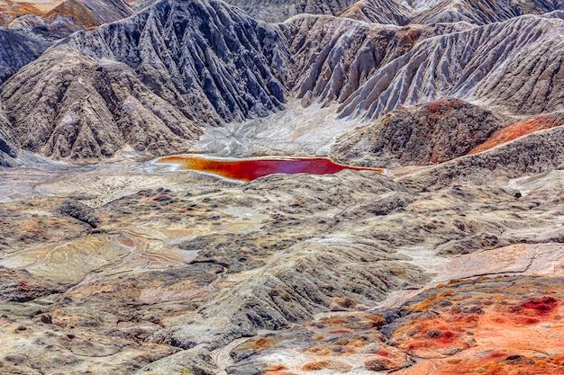 Erstaunliche apokalyptische landschaft wie eine marsoberfläche des planeten. erstarrte rotbraune schwarze erdoberfläche. unfruchtbares, rissiges und verbranntes land. konzept der globalen erwärmung.