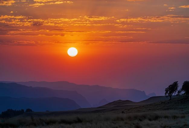 Erstaunliche aufnahme des similan mountains national park während eines sonnenuntergangs in äthiopien