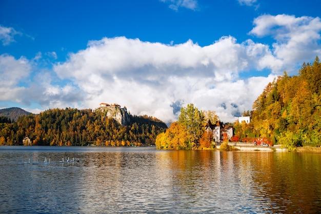 Erstaunliche aussicht auf den bleder see mit altem schloss, slowenien, europa. herbst in slowenien, europa.