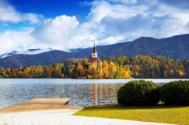 Erstaunliche aussicht auf den herbst des bleder sees in slowenien europa