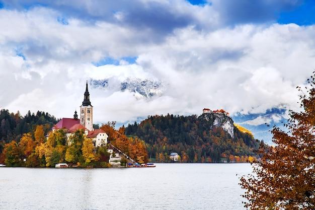 Erstaunliche aussicht auf den herbst des bleder sees in slowenien