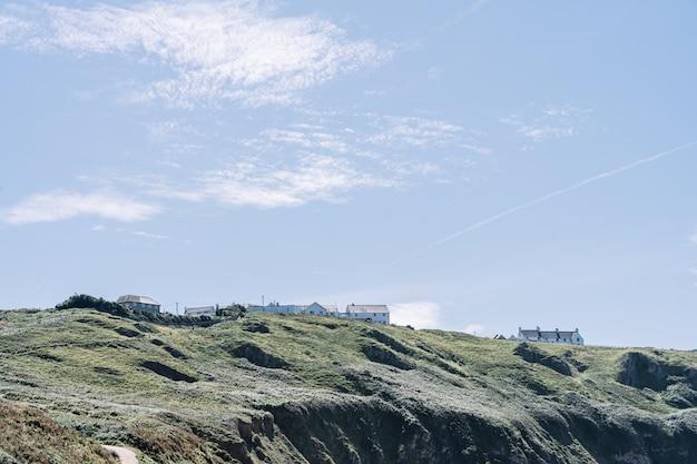 Erstaunliche aussicht auf weiße häuser auf den klippen der rhossili bay,