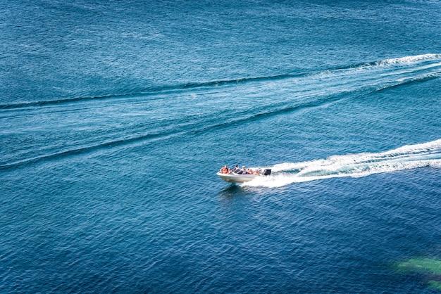Erstaunliche aussicht auf yacht und klares dunkelblaues wassersommerparadies