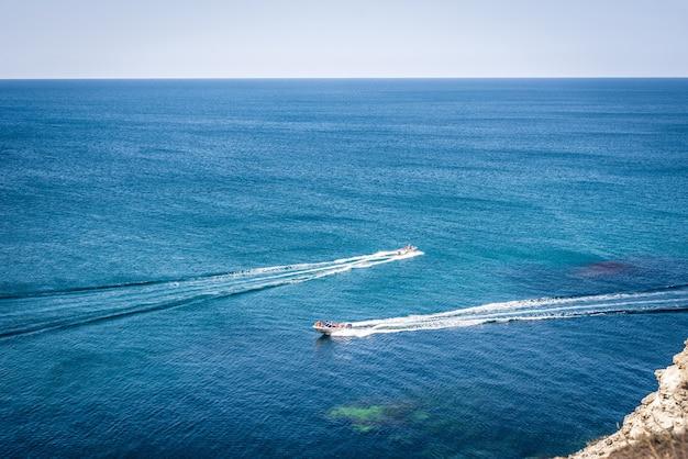 Erstaunliche aussicht auf zwei yachten oder boote und klares dunkelblaues wassersommerparadies