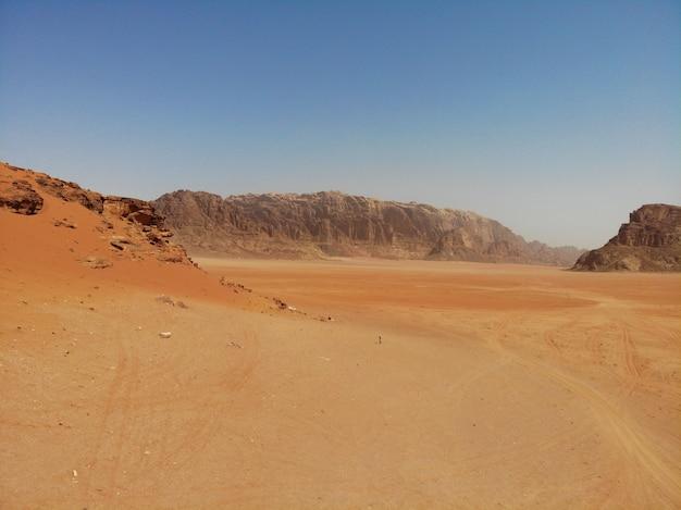 Erstaunliche aussicht von oben auf den riesigen, roten, heißen und sehr schönen wadi rum in der wüste. königreich jordanien, arabisches land in westasien
