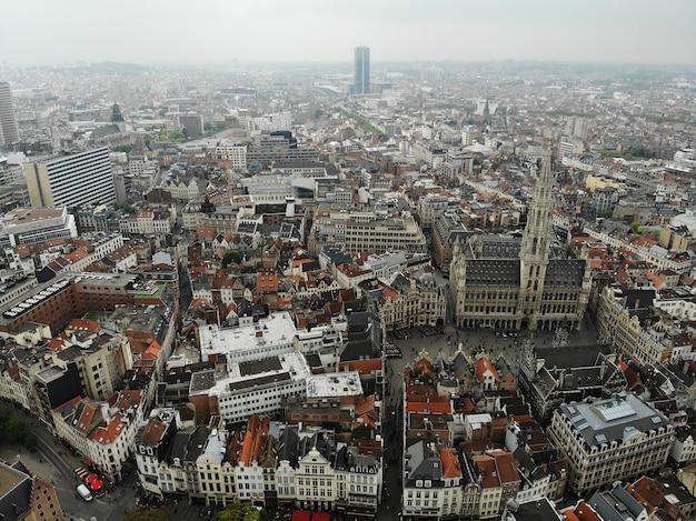 Erstaunliche aussicht von oben. die hauptstadt von belgien. großartiges brüssel. sehr historischer und touristischer ort. sehenswert. blick von der drohne.