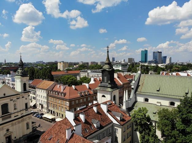 Erstaunliche aussicht von oben. die hauptstadt von polen. großes warschau. stadtzentrum und umgebung. luftbild erstellt von drohne.