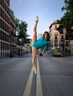 Erstaunliche ballerina auf der straße auf pointe