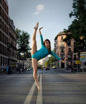 Erstaunliche ballerina, die auf der straße tanzt