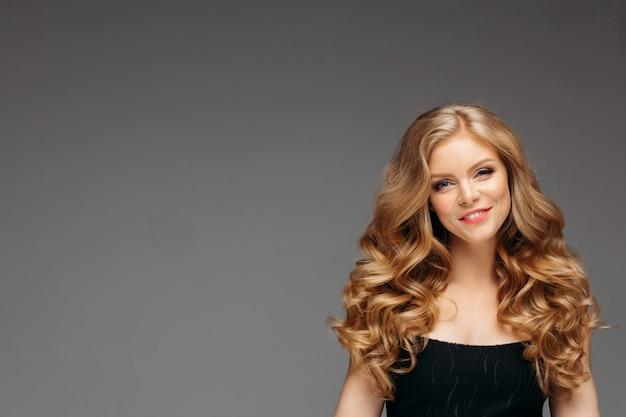 Erstaunliche blondine mit frisur nach dem schauen des friseurs